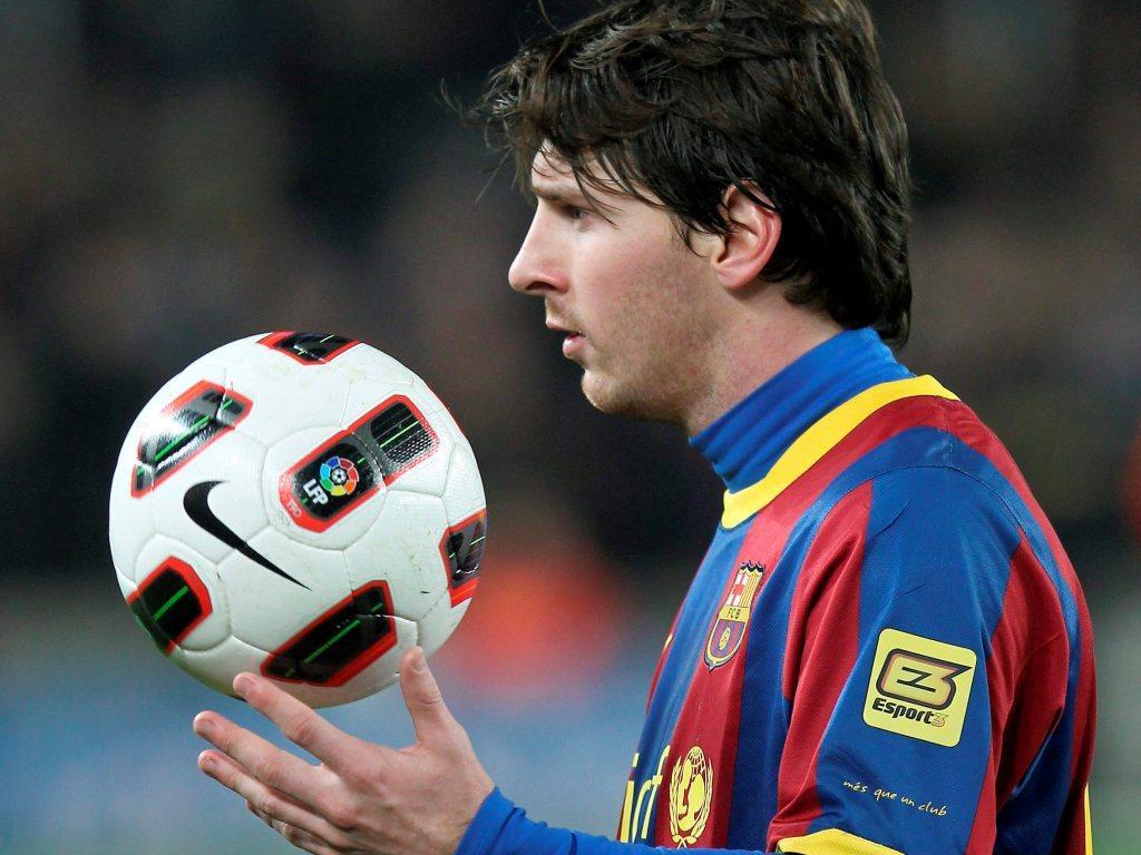 Messi com a bola na mão (EPA(