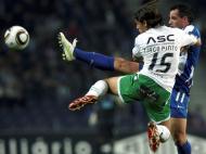 Mariano e Tiago Pinto lutam pela bola (LUSA/Estela Silva)