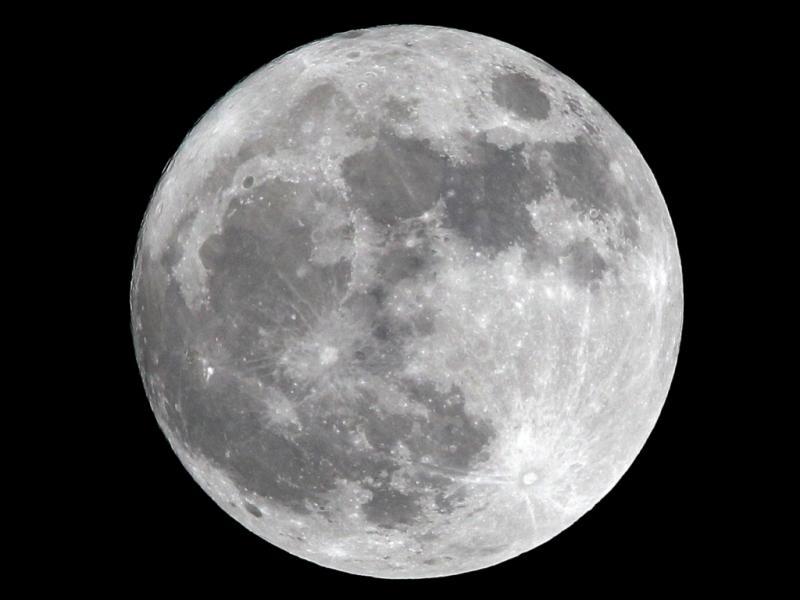 Lua cheia em Manila, nas Filipinas (EPA/DENNIS M. SABANGAN)