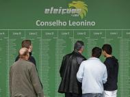 Sócios do Sporting consultam as listas de candidatos (André Kosters/Lusa)