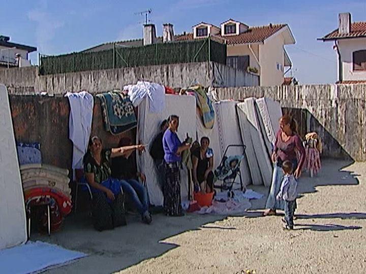 Maia: 10 famílias ciganas dormem na rua há três dias