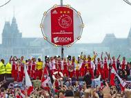 Jogadores do Ajax festejam com adeptos em Amesterdão