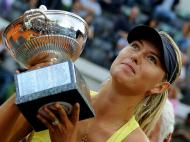 Sharapova com o troféu (EPA/CLAUDIO ONORATI)