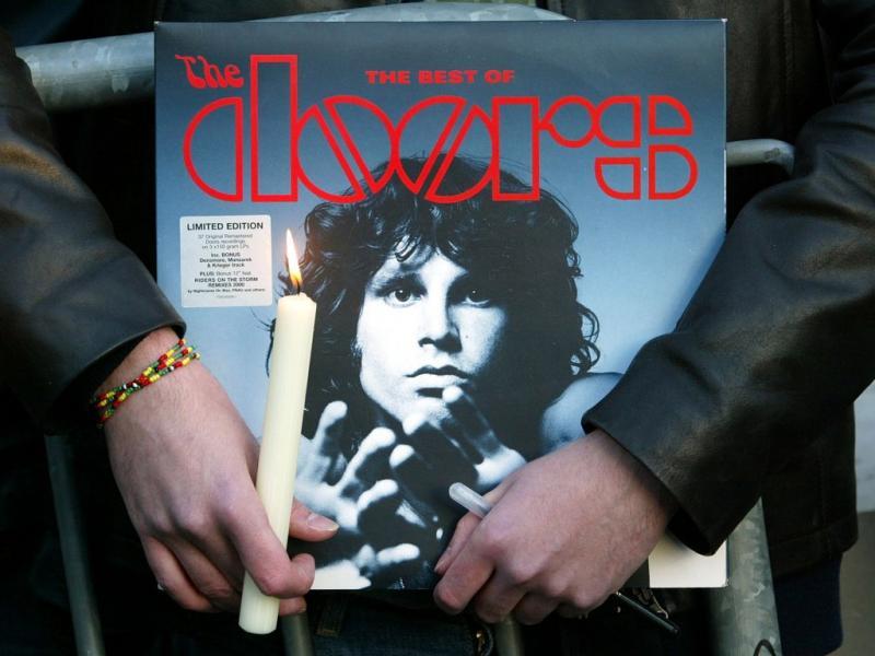 Fãs prestam homenagem a Jim Morrison em Paris (Reuters)