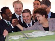 Dilma e Pelé congratulam-se pelas obras no estádio Mineirão, em Minas Gerais [Reuters]