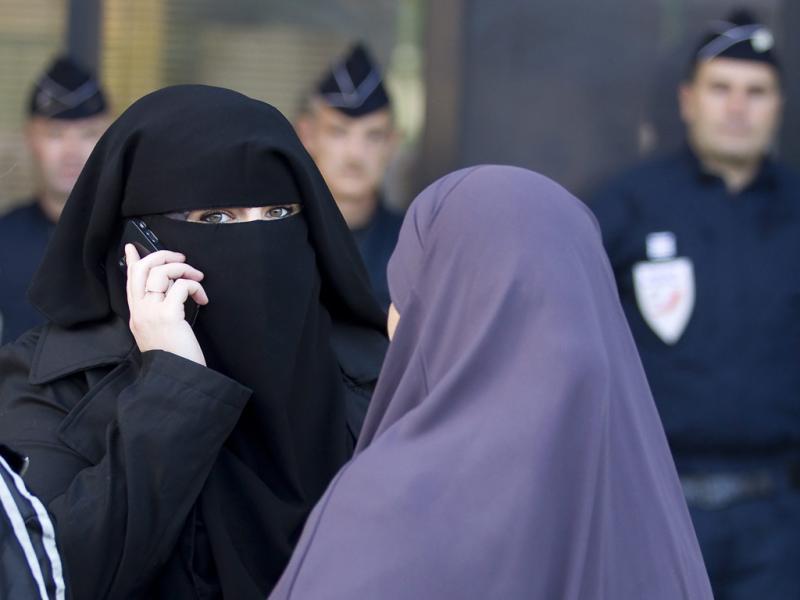 Muçulmanas condenadas por usar véu (EPA/IAN LANGSDON)