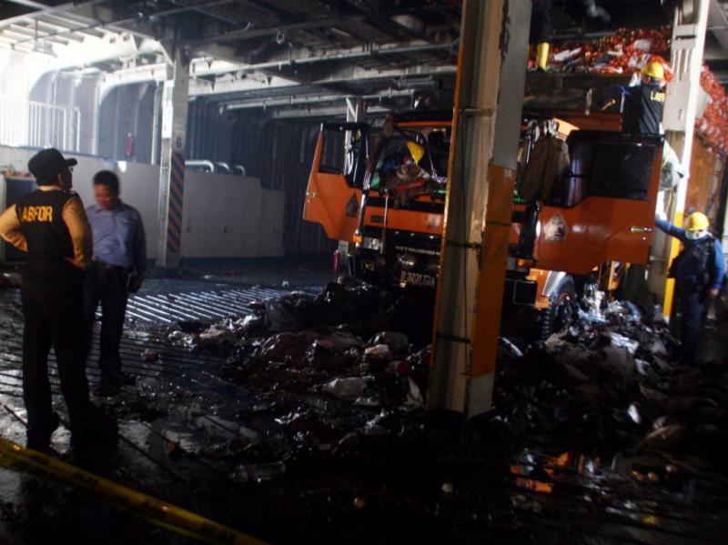 Explosão num ferry na Indonésia (EPA/FULLY HANDOKO)