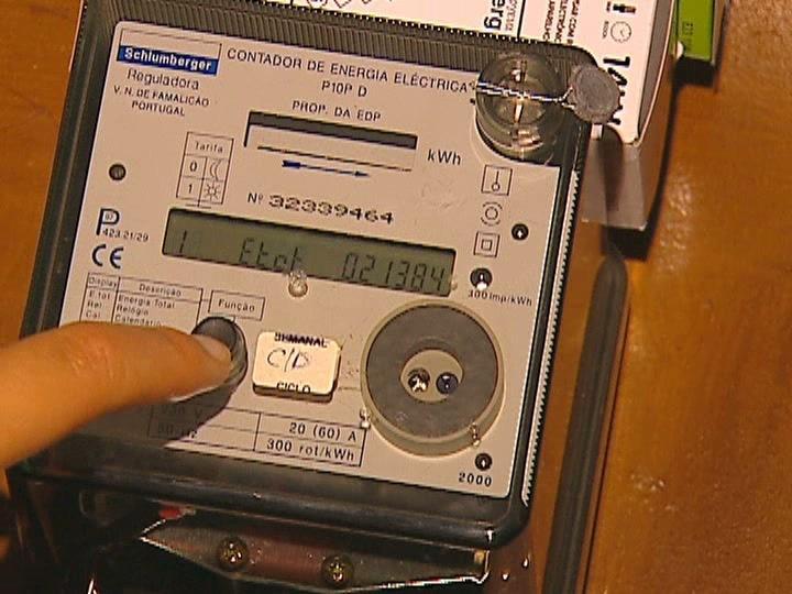 Edp corta luz a centro de sa de por falta de pagamento tvi24 for Manipular contador luz digital