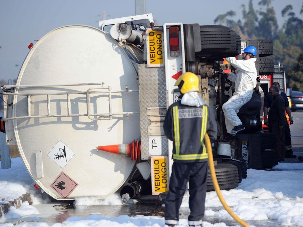 Acidente com camião cisterna em Braga - HUGO DELGADO/LUSA