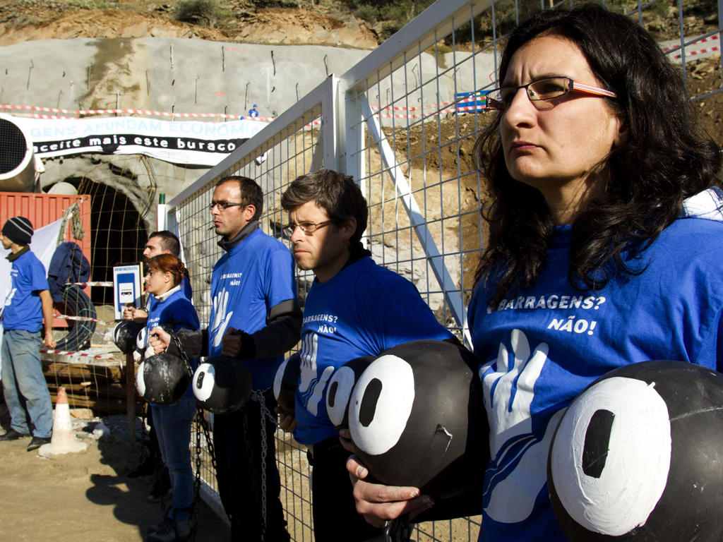 Foz Tua: activistas acorrentam-se a barragem