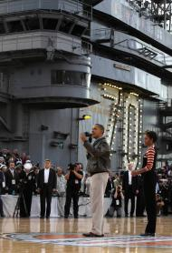 Basquete num porta-aviões, com Obama e Pamela [Reuters]