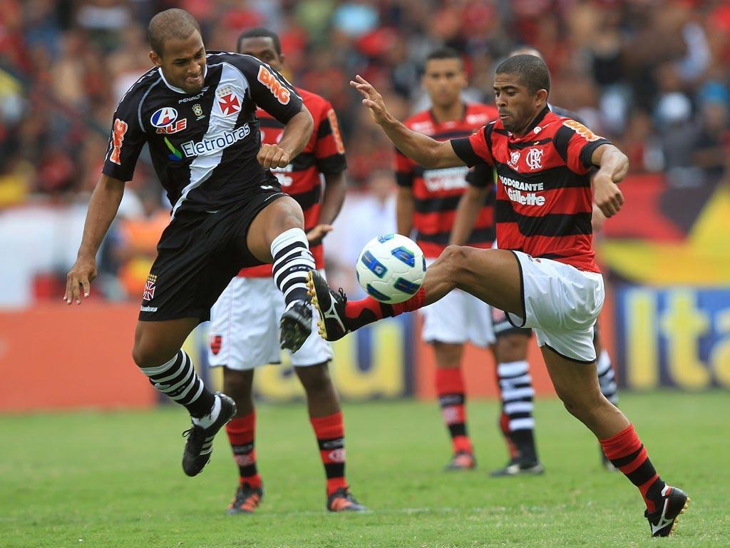 Felipe Bastos (Vasco da Gama) em luta com Junior Cesar (Flamengo)