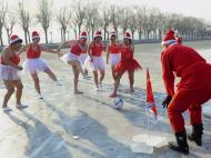 Pai Natal nunca mais ficas à baliza! (Sheng Li / Reuters)