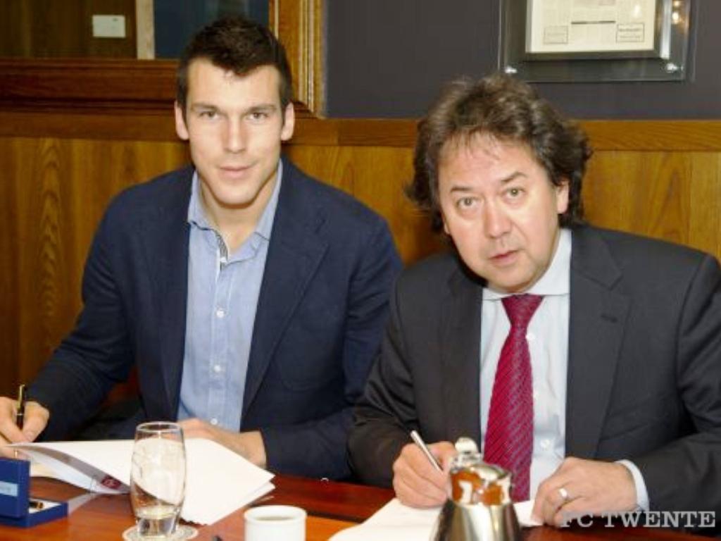 Daniel Fernandes assina (Foto: site oficial do Twente)