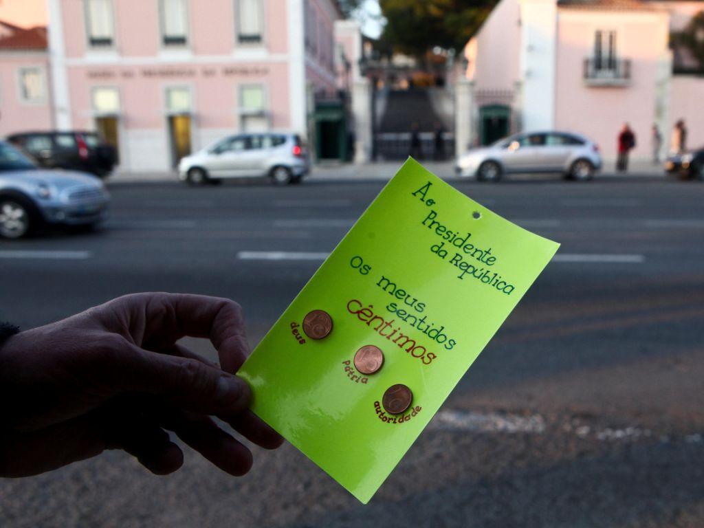 Manifestantes dão «moedinhas» a Cavaco [LUSA]