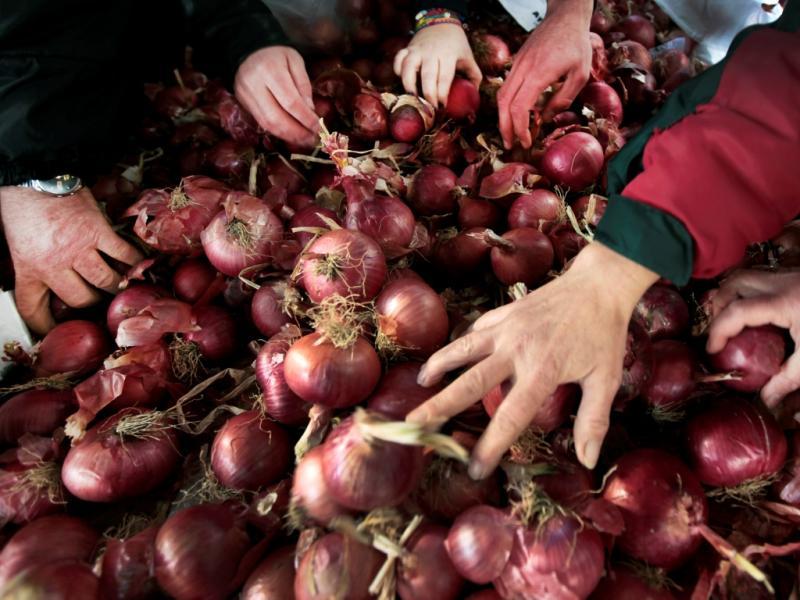 Agricultores distribuem toneladas de produtos agrícolas (Reuters/Yannis Behrakis)
