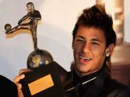 Neymar com o prémio de melhor jogador da América do Sul de 2011 (REUTERS/Andres Stapff )