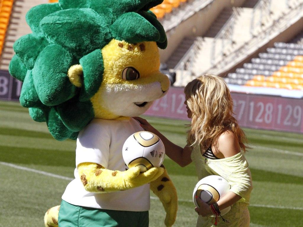 Zakumi, do Mundial 2010, aqui com Shakira
