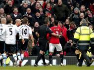 Manchester United-Liverpool: árbitro tenta controlar Evra