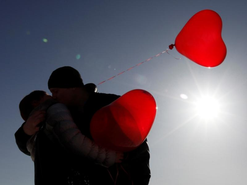Casal beija-se durante um flashmob de beijos. (REUTERS/Eduard Korniyenko)