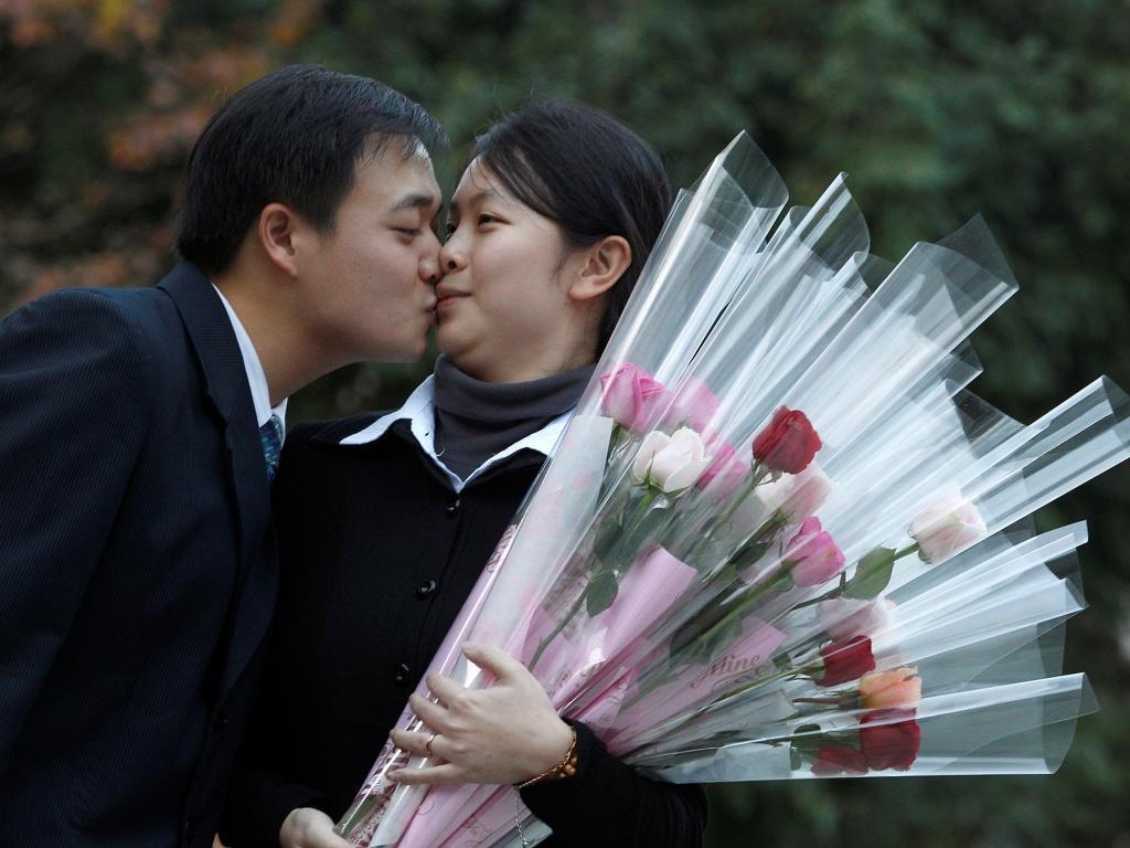 Ela aceitou casar com ele. Ele beijou-a. Mas ela parece reticente. (REUTERS/Pichi Chuang)