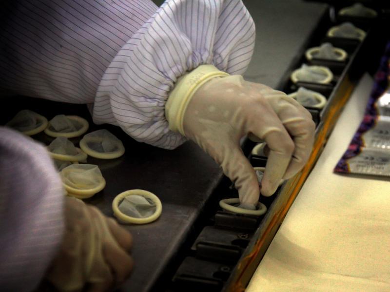 Fábrica de preservativos na China [Reuters]