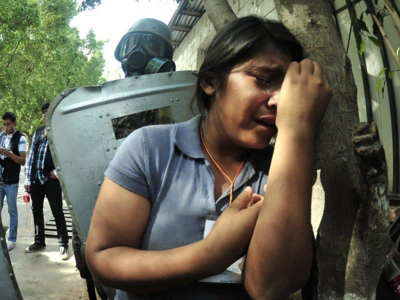 Familiares procuram corpos das vítimas (EPA/Gustavo Amador)