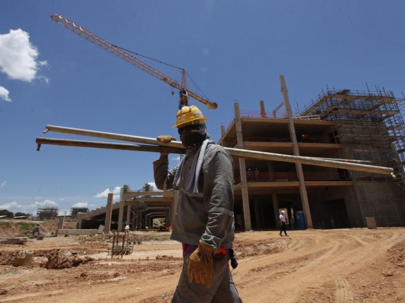 Antigos escravos constroem estádio do Mundial
