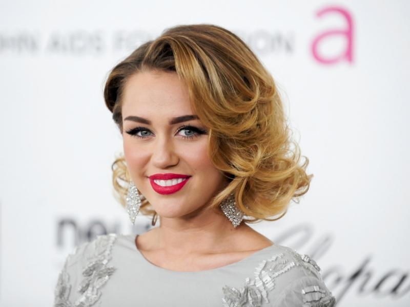 Miley Cyrus na festa da Elton John AIDS Foundation (Reuters)