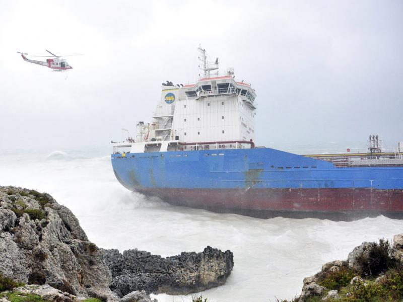 Navio encalha ao largo da Sicília (Reuters)