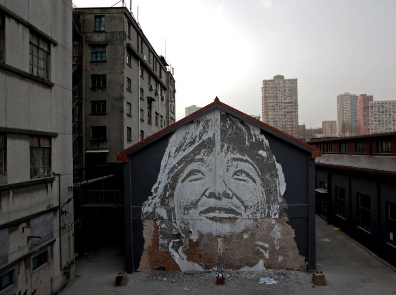 Português passou um mês a escavar retratos em edifícios na China (JOÃO PEDRO MOREIRA/LUSA)