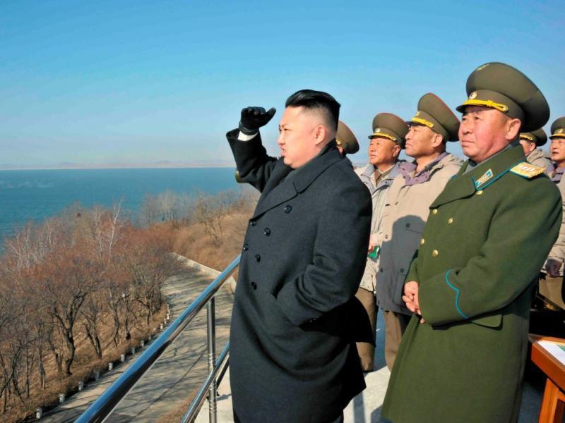 Kim Jong-un observa tropas