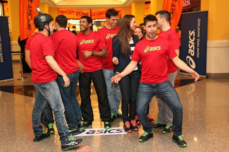Fotos: Famosos fazem corridas em centro comercial