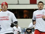 Steven Gerrard e Charlie Adam com t-shirts por Muamba