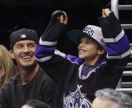 David Beckham assiste a jogo da NHL com os filhos Romeo e Cruz Foto: Reuters