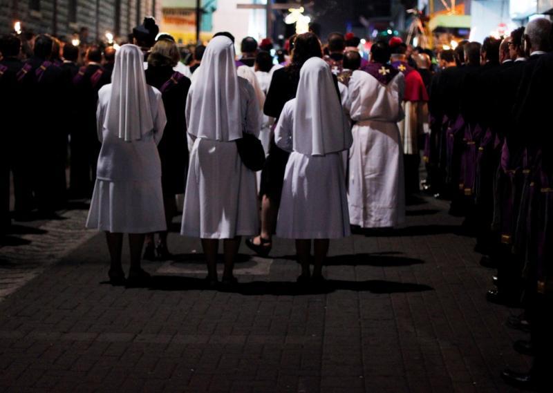Freiras católicas participam na tradioal procissão Via Crucis, em San Jose, Espanha