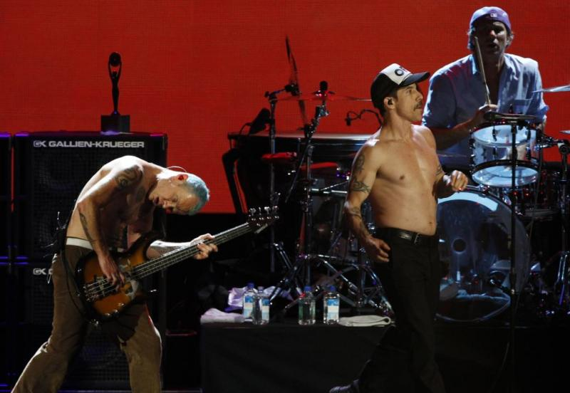 Os Red Hot Chili Peppers em palco no Rock and Roll Hall of Fame 2012 (Reuters)