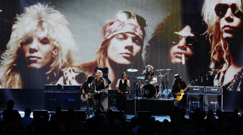 Os Guns N Roses em palco no Rock and Roll Hall of Fame 2012 (Reuters)