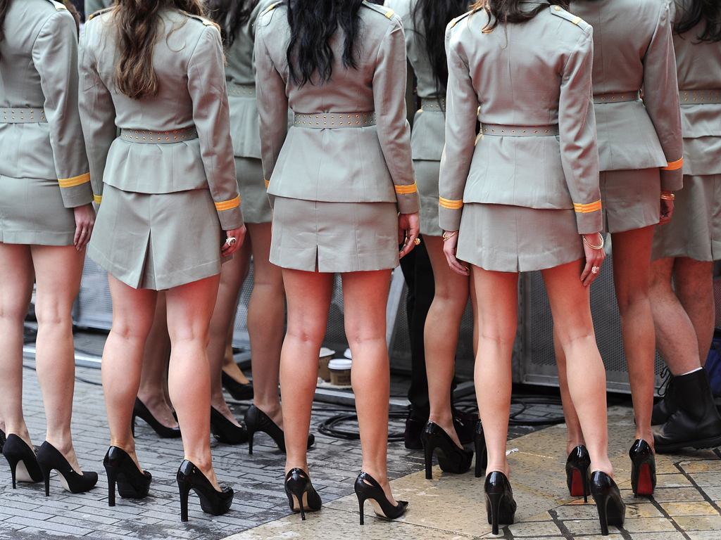смотреть у девушек в военной форме под юбкой голые звёзды позируют