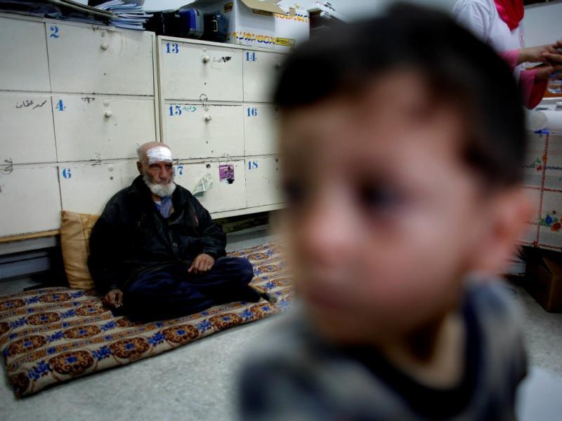 Idoso palestiniano ferido recupera numa escola transformada em abrigo no campo de refugiados de Beddawi, no Líbano [Foto: Reuters]
