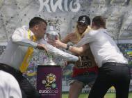 Ativista da Femen em topless agarra a taça do Euro2012 (EPA/SERGEY DOLZHENKO)