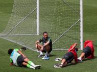 Paulo Bento, Bruno Alves, Mika e Eduardo no treino da seleção (MANUEL DE ALMEIDA/LUSA)