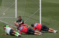 Paulo Bento, Bruno Alves, Mika e Cristiano Figueiredo no treino da seleção (MANUEL DE ALMEIDA/LUSA)