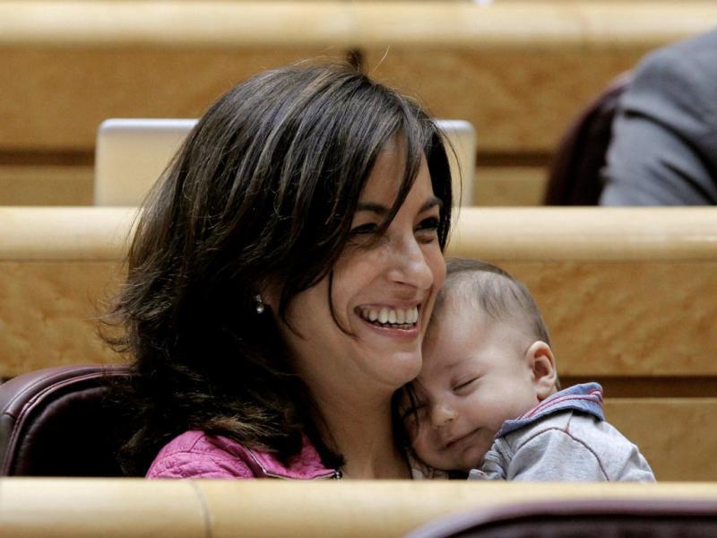 Deputada espanhola leva filho para o Parlamento (EPA/KIKO HUESCA)