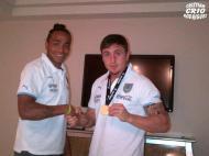 Alvaro Pereira entrega medalha de campeão a Cristian Rodriguez