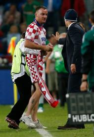 Streaker croata invade campo e prega beijo na boca a selecionador