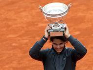 Roland Garros: Rafael Nadal segura o troféu após vencer Djokovic (foto: Reuters)