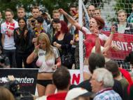 Atrizes de filmes eróticos fazem o seu Alemanha-Dinamarca [Reuters]