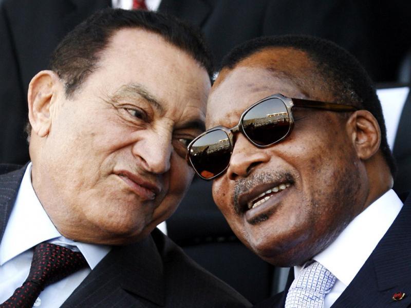 Hosni Mubarak e o presidente da R. do Congo Denis Sassou Nguesso na cerimónia de inauguração do presidente de Senegal Abdoulaye Wade em Dakar, 3 de Abril de 2007 (foto:Reuters)