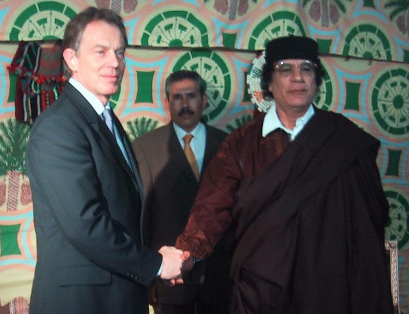 Apertos de mão famosos: uma imagem que se tornou comprometedora; Tony Blair com Khadafi em 2004, no tempo em que a comunidade internacional legitimava o ditador líbio
